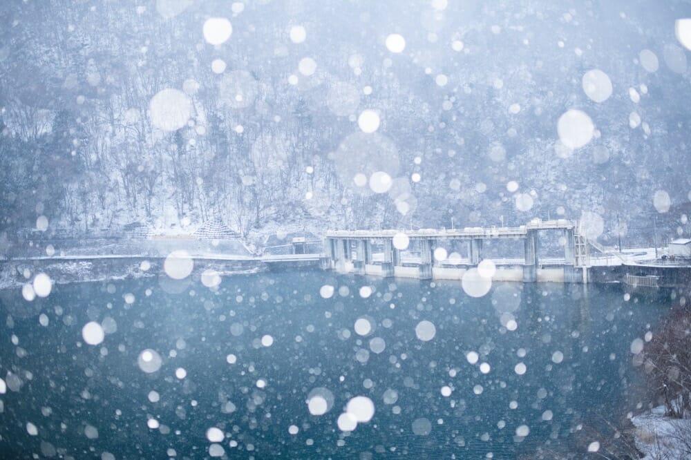激しい雪と栗山ダム
