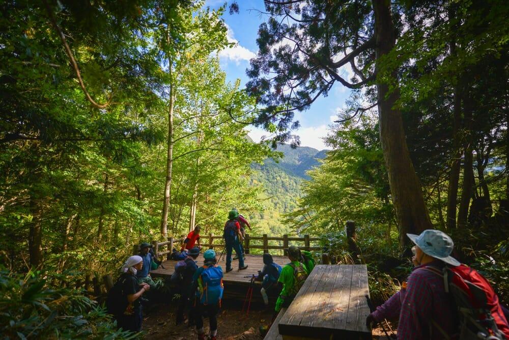 対岸にオロオソロシの滝が見られる休けい所