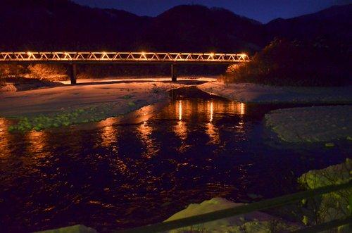 冬の夜も男前。雪と灯に包まれた黒部ダム