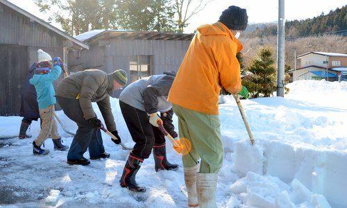 総勢約50人。土呂部を盛り上げるみんなの力。 雪かき体験塾2013