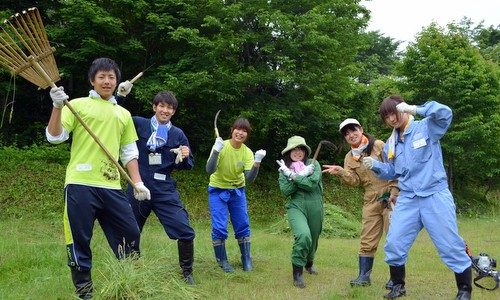 小学生からベテランまで大集合。みんなで楽しく土呂部をきれいに。 草刈りボランティア2013<レポート>