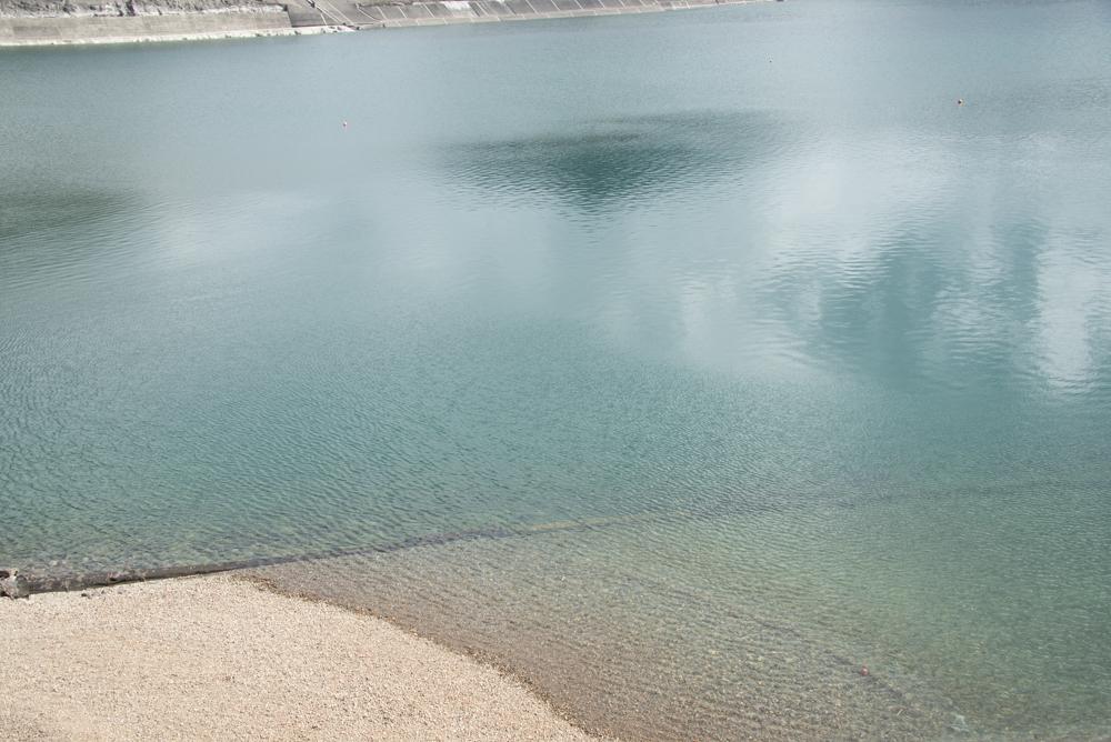 栗山ダムの透きとおった水