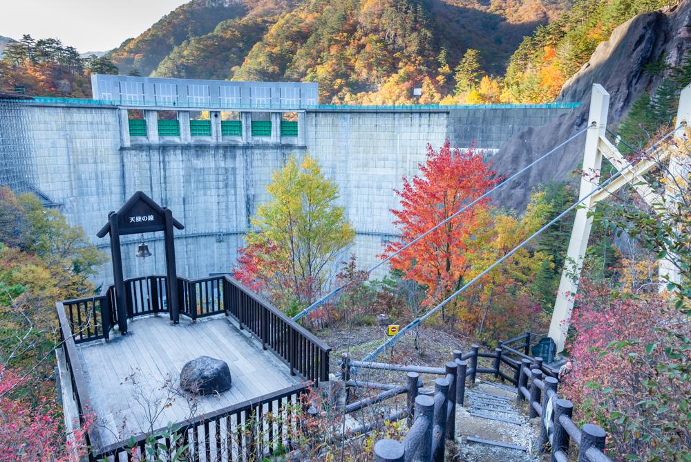 渡らっしゃい吊り橋付近から見た川俣ダム(紅葉)