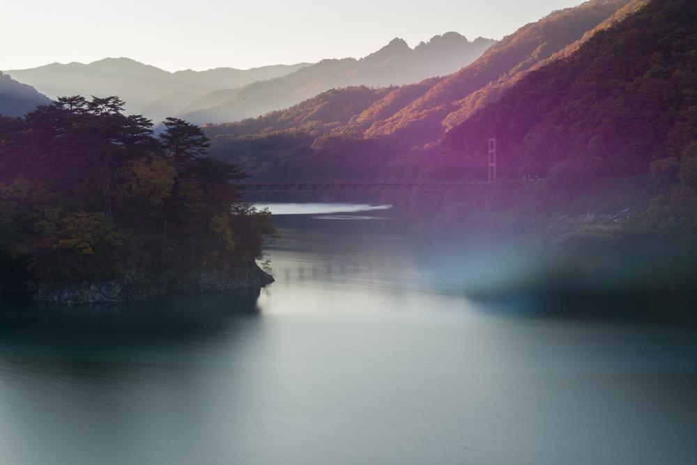 夕暮れの川俣湖(紅葉)