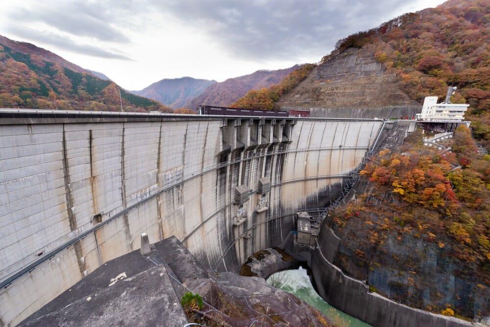 紅葉の川治ダム(下流から)